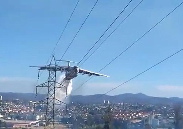 Chilští požárníci natočili zblízka letadlo Il-76 při práci