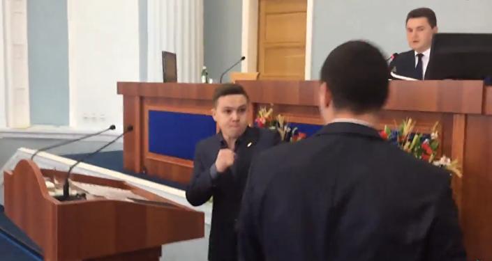 Na Ukrajině se poprali poslanci oblastní rady kvůli ruštině