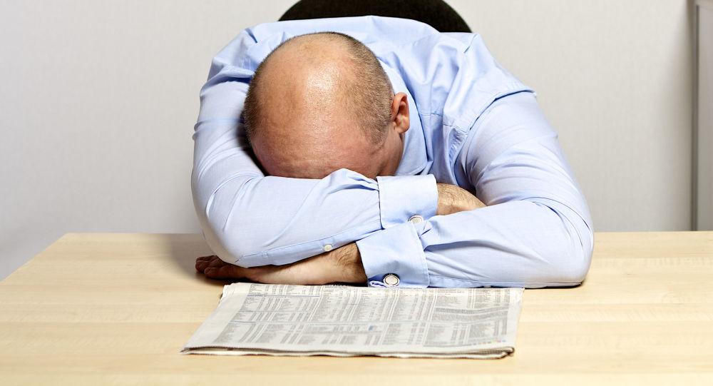 Úředník spí v pracovně