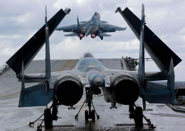 Stíhačky Su-33 a MiG-29K na palubě těžkého letadlového křižníku Admirál Kuzněcov v Středozemním moři
