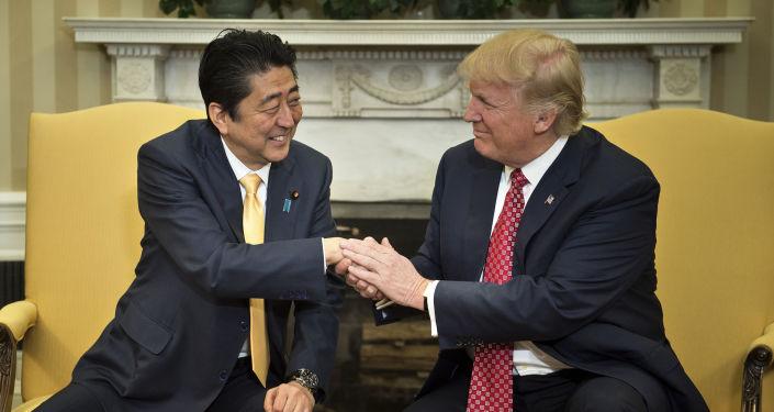 Japonský premiér Šinzó Abe a prezident USA Donald Trump