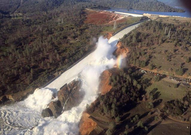 Přetržení vodní přehrady v USA v městě Oroville