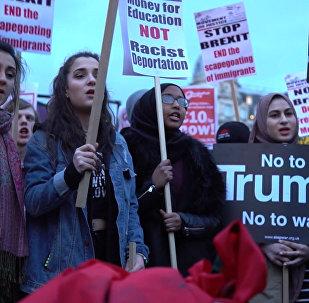 Masové protesty proti Trumpově návštěvě ve Velké Británii