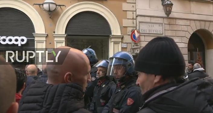 """Taxikáři provádějí mítink v Římě proti """"Uber doplňku k zákonu"""""""