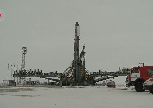 Vyvezení raketového nosiče Sojuz-U s nákladní lodí Progress MS-05
