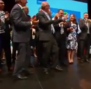 Média se vysmála neobratně tančícím australským politikům