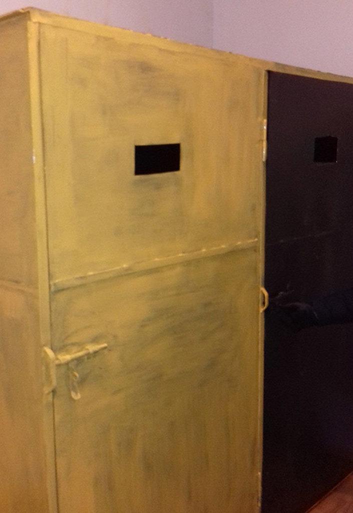Kovová skříň pro obviněné