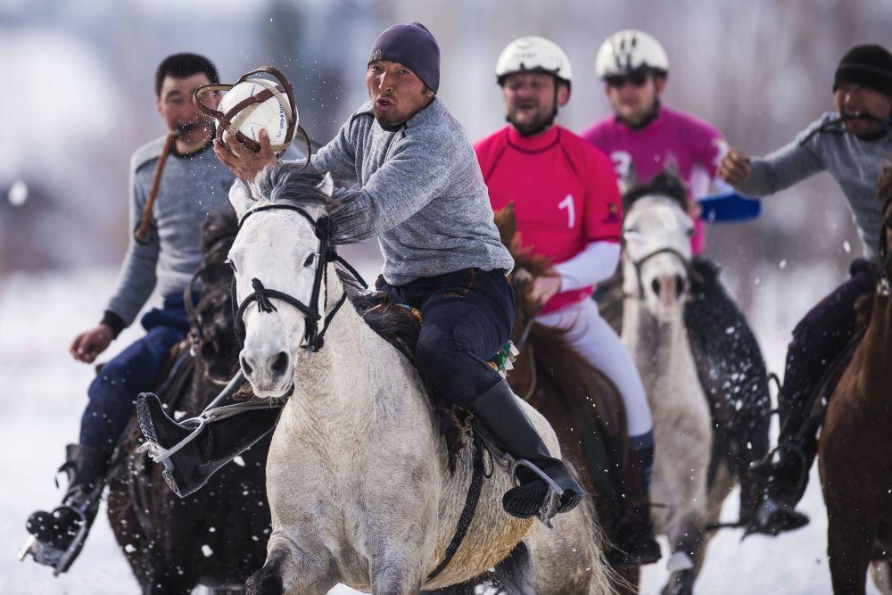 Účastníci přátelského utkání mezi vítězným týmem regionálního šampionátu v horseballu a pozvaným francouzským mužstvem v Toktogulském okrese, Kyrgyzstán