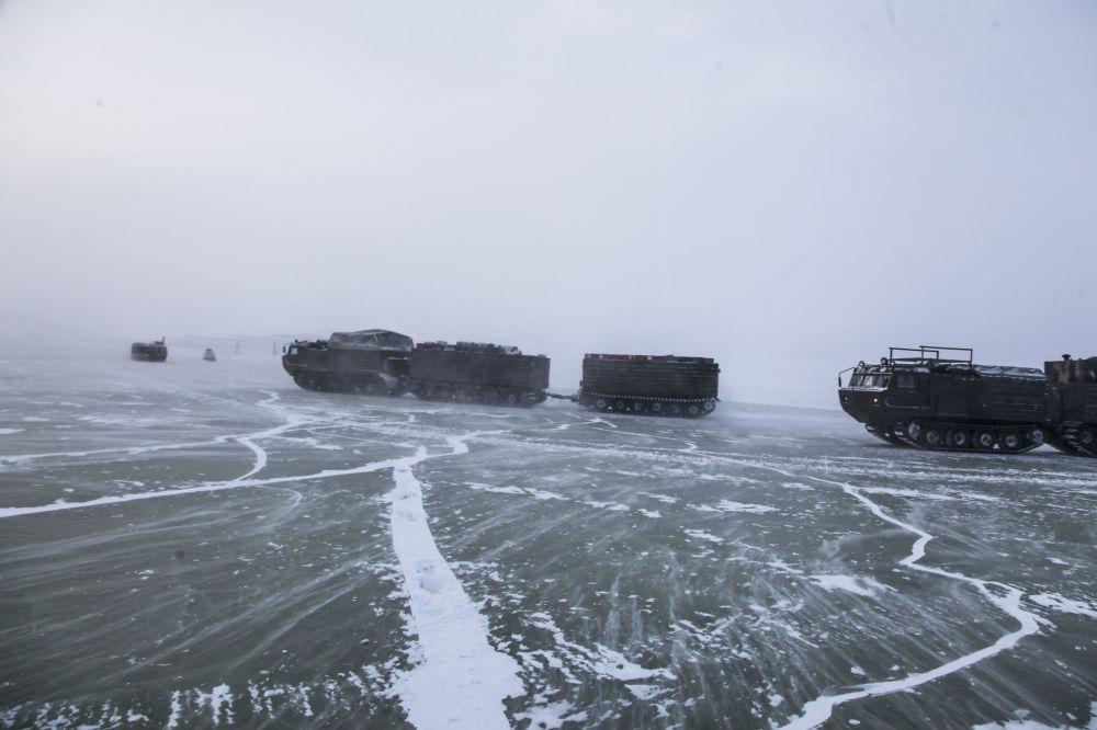 Dvoučlánkové pásové dopravníky během zkoušek nových a perspektivních vzorků zbraní, vojenské a speciální techniky v arktických podmínkách