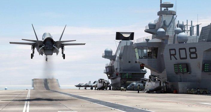 F-35 přistává na letadlové lodi