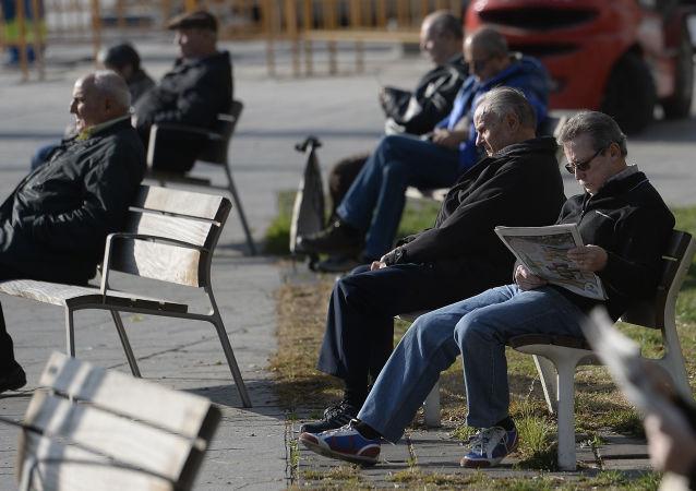 Člověk čte noviny