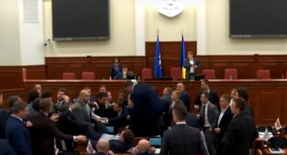 Kyjevští poslanci se porvali kvůli nabídce vynést Klička nohama napřed