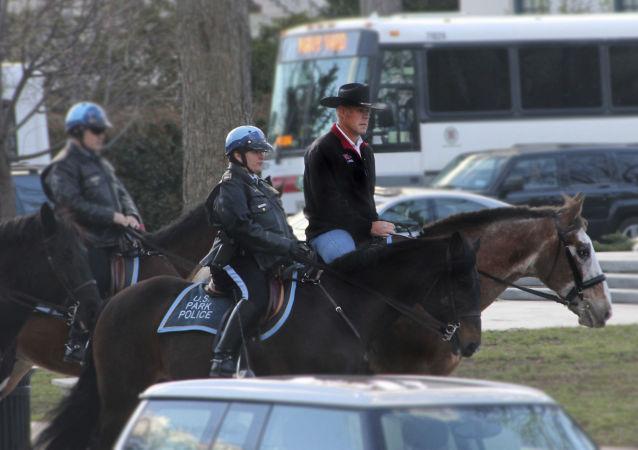 Nový ministr vnitra USA přijel do práce na koni a v kovbojském klobouku