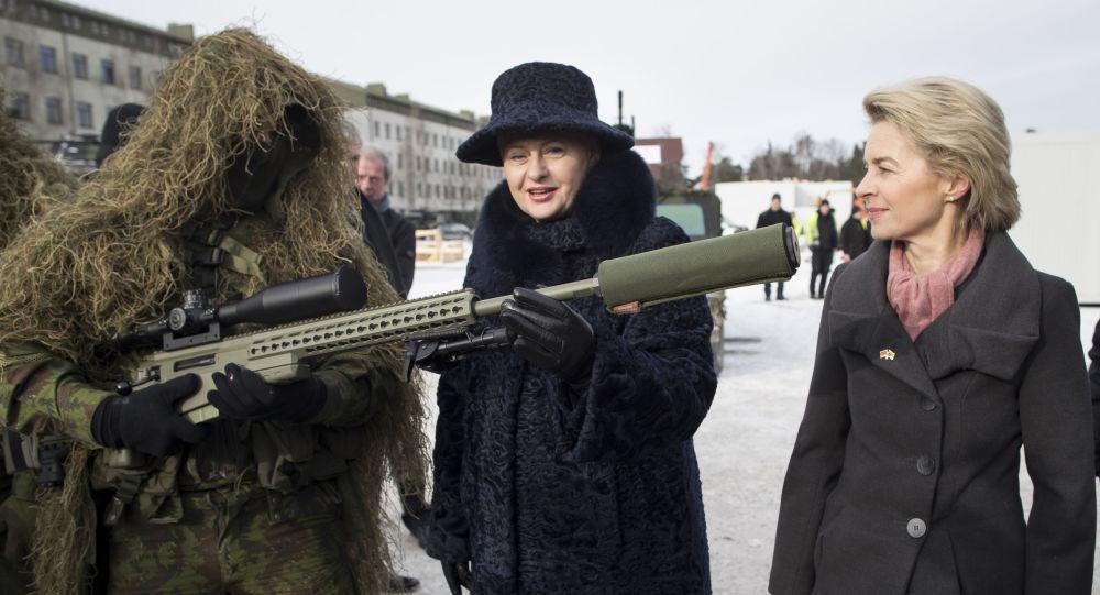 Německá ministryně obrany Ursula von der Leyenová a litevská prezidentka Dalia Grybauskaitė na základně NATO v Litvě