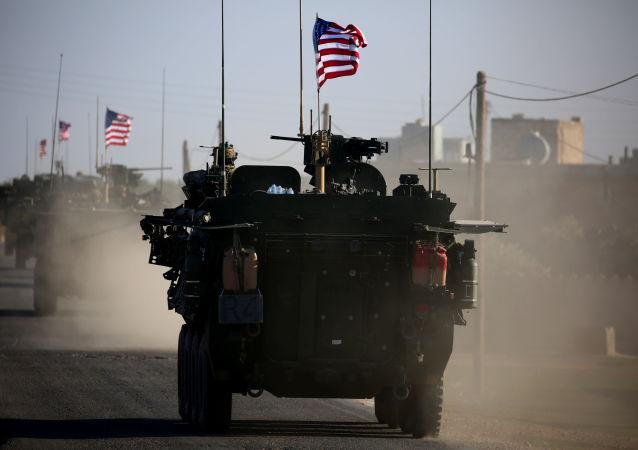 Americký vojenský konvoj v předměstí Manbidže