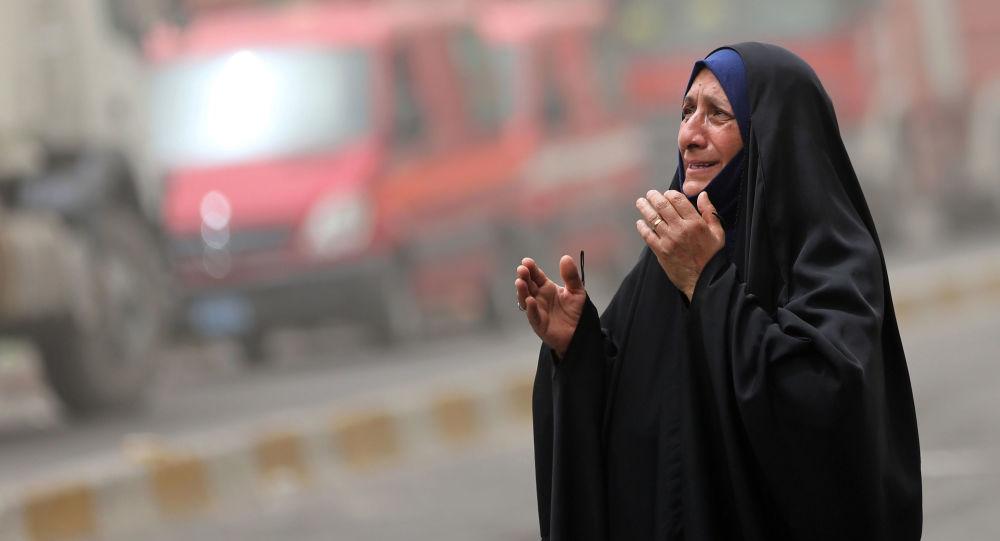Žena pláče na místě teroristického činu v Bagdádu (ilustrační foto)