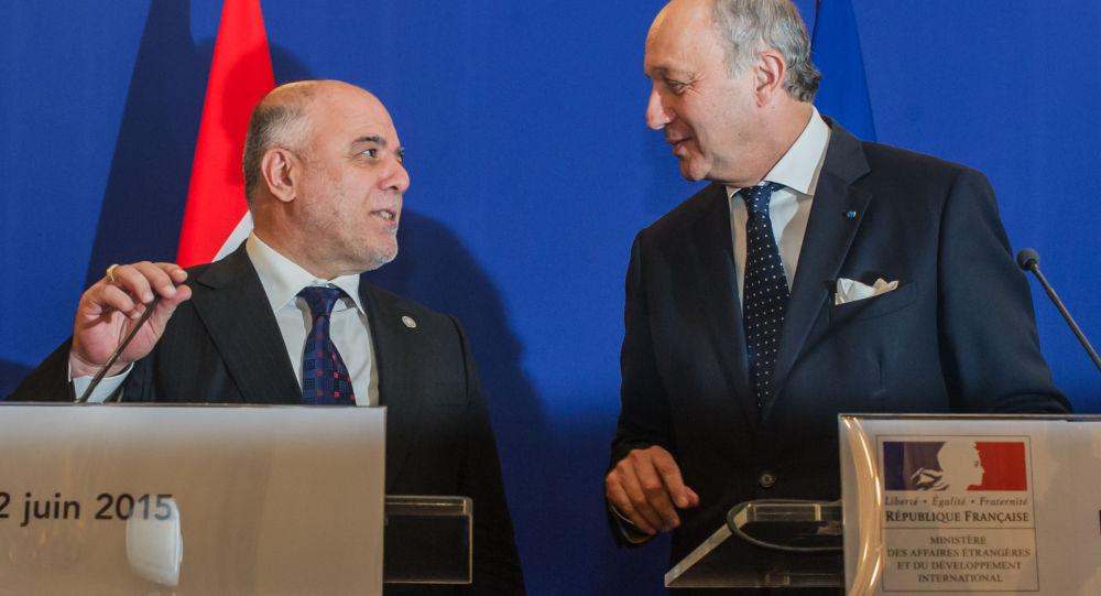 Premiér Iráku Haider al-Abadi a francouzský ministr zahraničních věcí Laurent Fabius