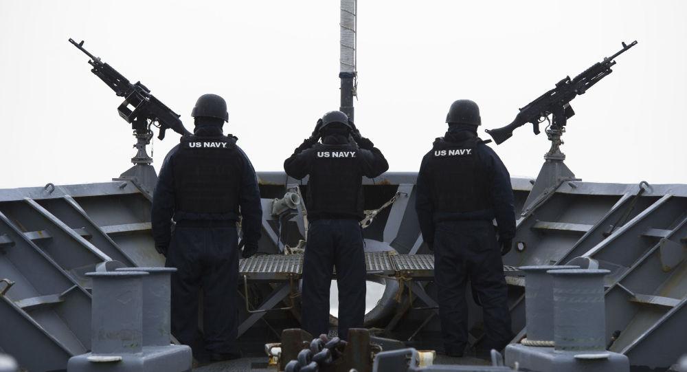 Posádka americké vojenské lodě nedaleko Norska. Ilustrační foto