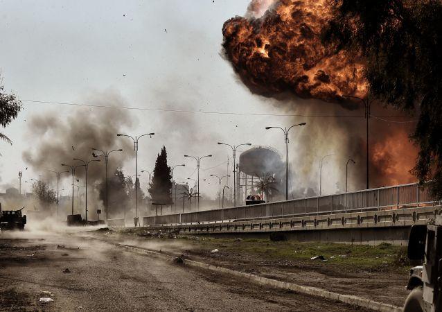 Kouř a oheň po explozi v Mosulu, Irák. Archivní foto
