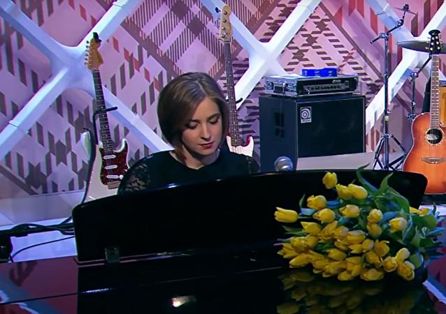 Natalia Poklonskaja zahrána na klavír v ruské televizní show