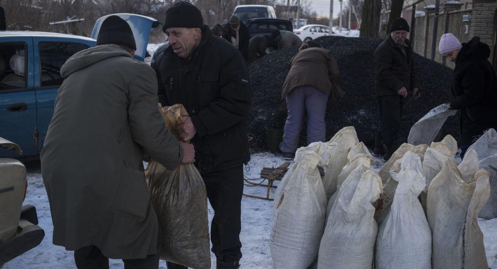 Жители села Веселое Донецкой области получают уголь