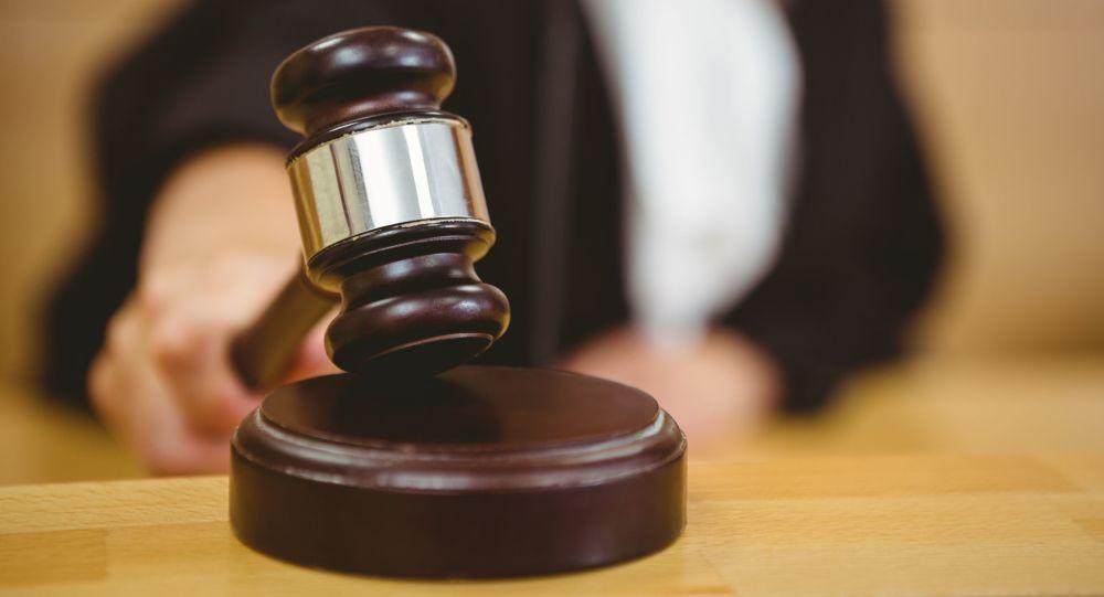 Soudkyně s kladívkem