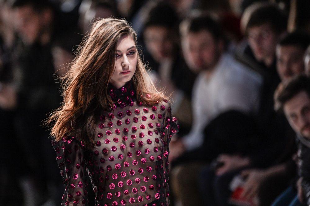 Přehlídka nové kolekce návrháře Alexandra Rogova v rámci Mercedes-Benz Fashion Week Russia v centrální výstavní síni Manéž v Moskvě