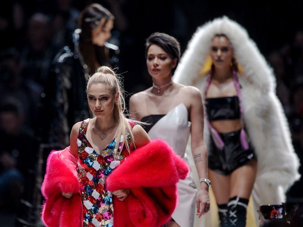 Herečka Natalja Rudovová předvádí oblečení z nové kolekce módní návrhářky Belly Potěmkinové na Mercedes-Benz Fashion Week Russia в Moskvě