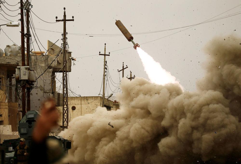 Iráčtí vojáci ostřelují pozice teroristů Islámského státu v Mosulu