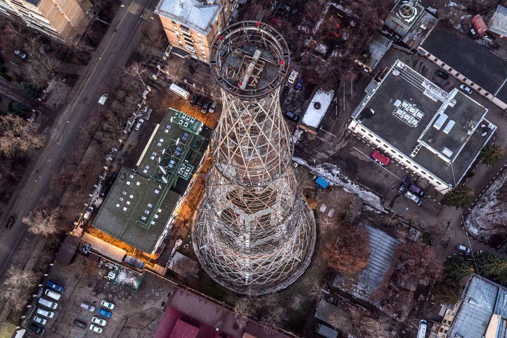 Pohled na moskevskou Šuchovovu televizní věž, která má letos 95 let
