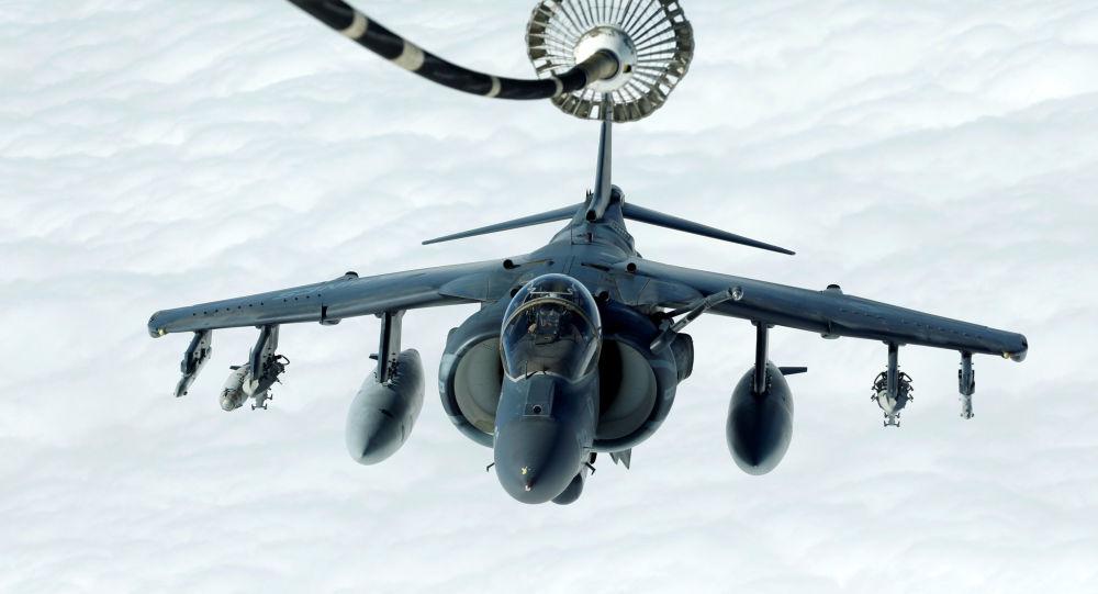 Americké útočné letadlo Harrier AV-8B se připravuje na dotankování ve vzduchu během operace Inherent Resolve (Bytostné odhodlání) v nebi nad Irákem a Sýrií