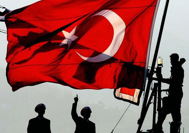 Turecká vlajka v přístavu