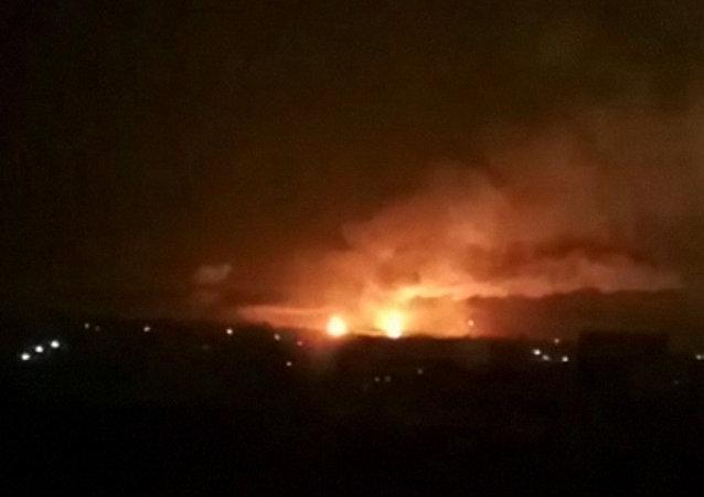 Záběry z místa exploze skladů s municí v Charkovské oblasti