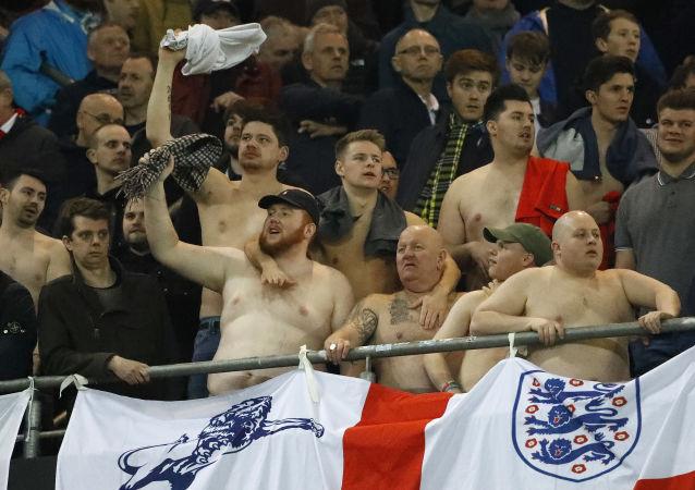 Britští fanoušci běhěm zápasu s Něměckem v Dortmundu