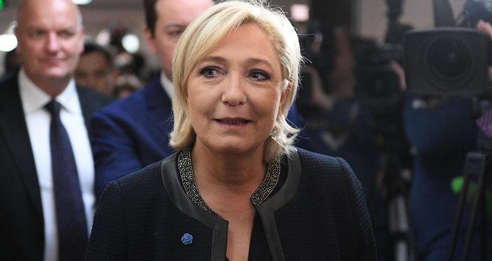 Marine Le Penová na zasedání výboru Státní dumy pro mezinárodní záležitosti