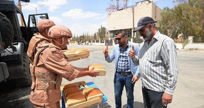 Rozdávání chleba ruskými vojáky v Palmýře
