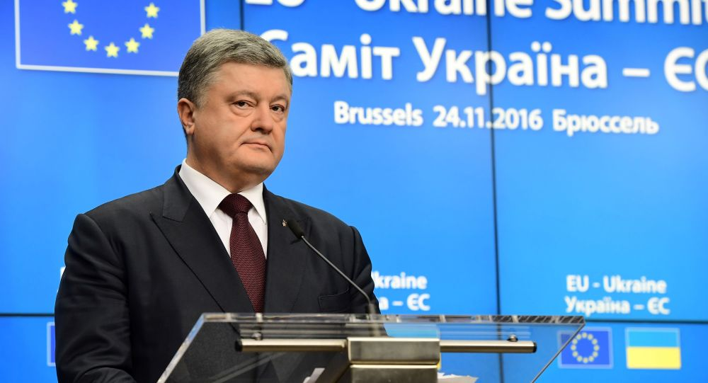 Ukrajinský prezident Petro Porošenko na pozadí vlajky EU