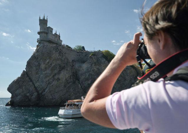 Turista fotografuje Vlaštovčí hnízdo