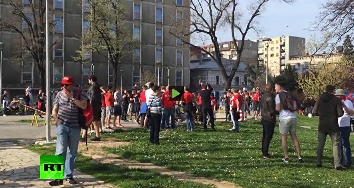 Ruští a srbští fanoušci zazpívali Kaťušu před společným průvodem