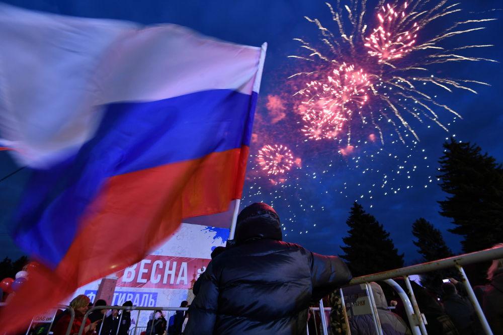Slavnostní ohňostroj na mítinku-koncertu před budovou Státní Lomonosovovy univerzity v Moskvě v rámci studentského festivalu Jaro na Vorobjových horách