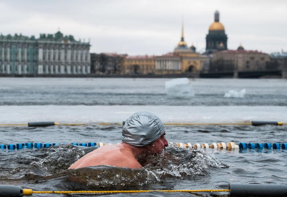 Účastník mezinárodní plavecké akce Obrození tradice zimního plávání v petrohradské Petropavlovské pevnosti