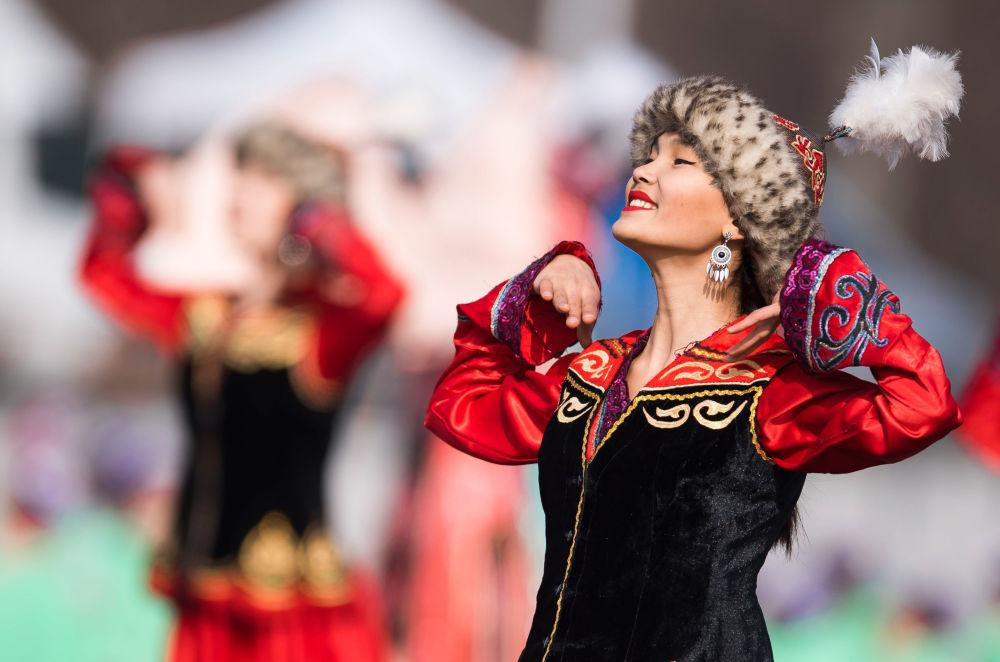 Dívka v lidovém kroji na svátku Navruz v Biškeku