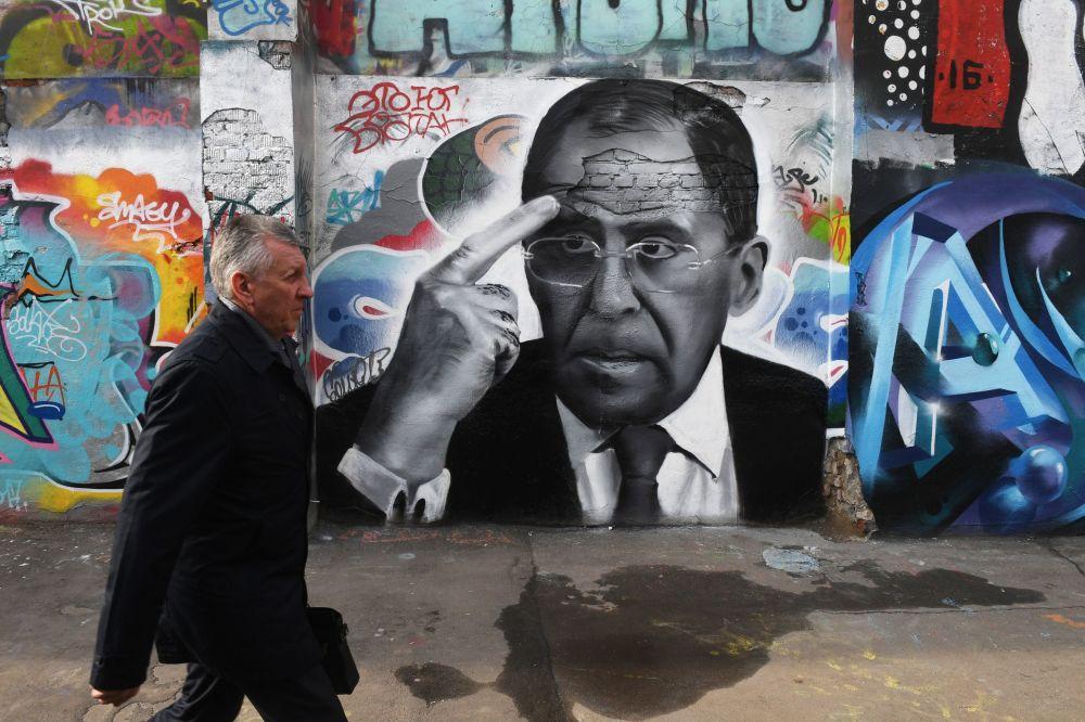 Graffiti s portrétem ministra zahraničí RF Sergeje Lavrova v Moskvě