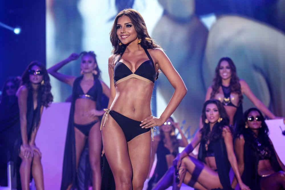 Miss Cartagena Laura Gonzalez na pódiu během finále soutěže Miss Kolumbie 2017 v Cartageně