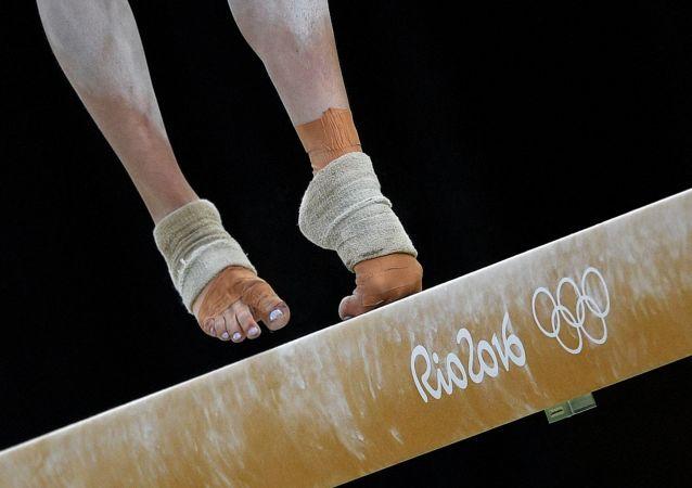 Изабелла Онишко из Канады выполняет упражнения на бревне в финале соревнований по спортивной гимнастике среди женщин на XXXI летних Олимпийских играх