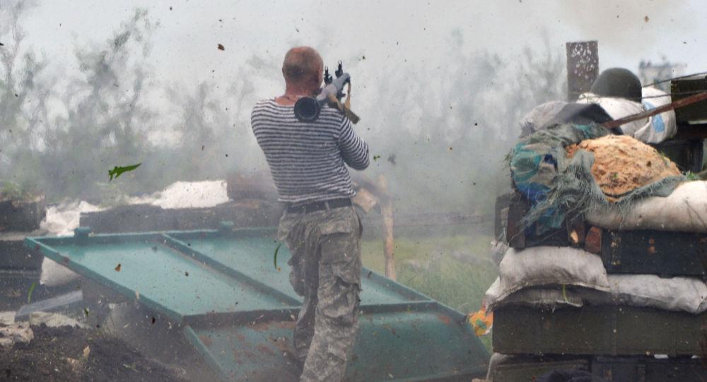 Voják Ozbrojených síly Ukrajiny v předměstí  Doněcku