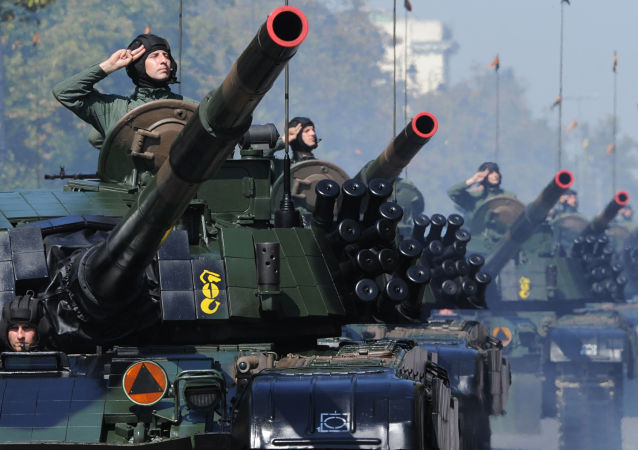 Polští vojáci během přehlídky ve Varšavě