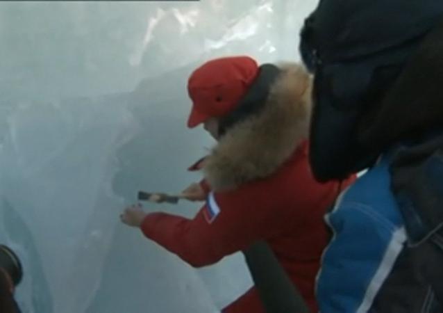 Vladimir Putin navštívil ledovou jeskyni na Zemi Františka Josefa