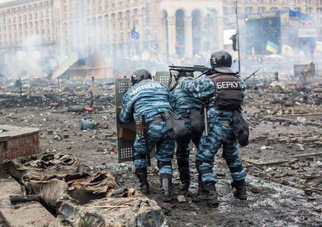 Příslušníci policie a Berkutu v Kyjevě v roce 2014