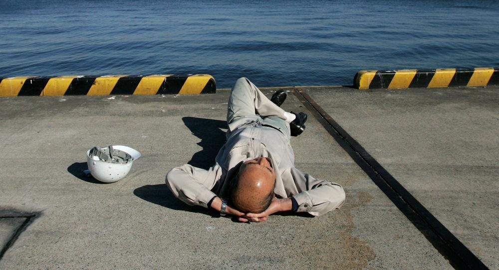 Dělník odpočívá v Tokiu